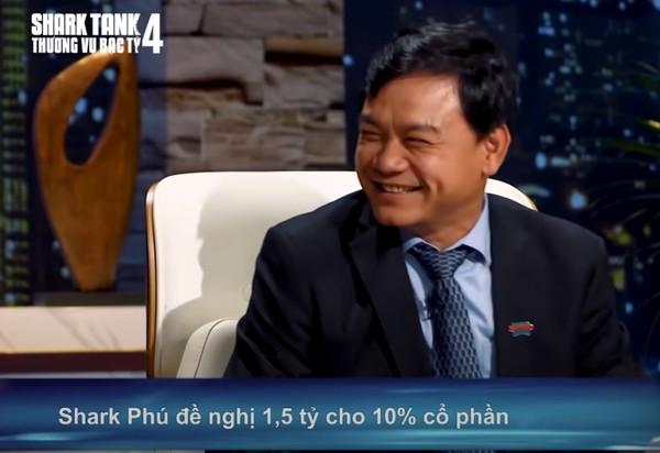 """항씨에게 """"나는 당신에게만 관심이 있다""""고 말하고 웃는 응웬 수언 푸(Nguyễn Xuân Phú) 심사위원"""